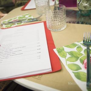 Detalle de la mesa y el menú