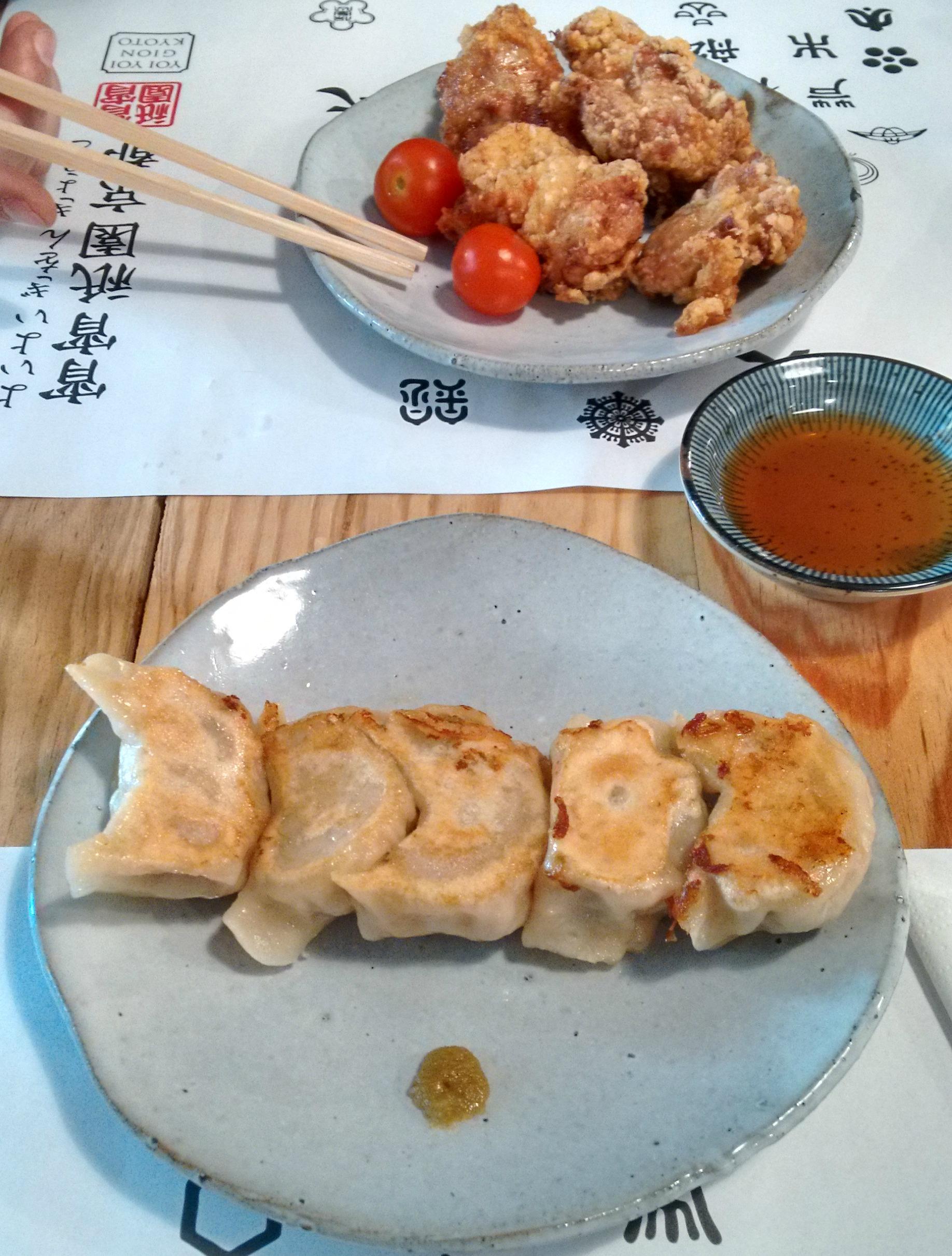 Gyozas y karaage o pollo frito japonés