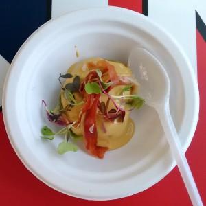 Ravioli de cremoso de ceps con salsa de foie y virutas de jamón (Loidi)