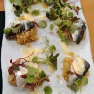 Sardinas con mutabal, quinoa y yogurt al curry