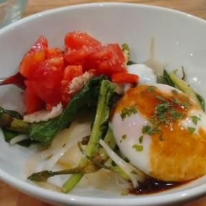 Huevo escalfado con brandada de bacalao y piparras
