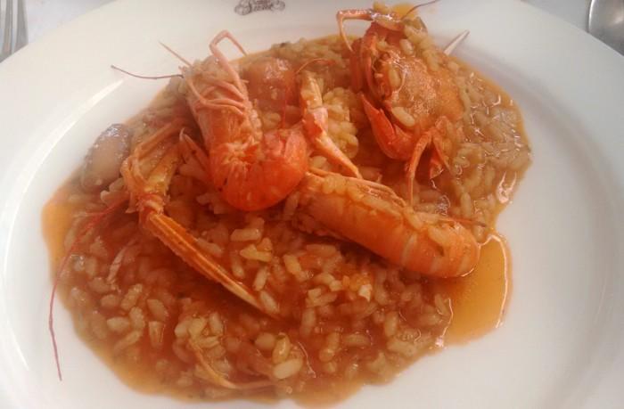 Paella caldosa de chipirones y cangrejo